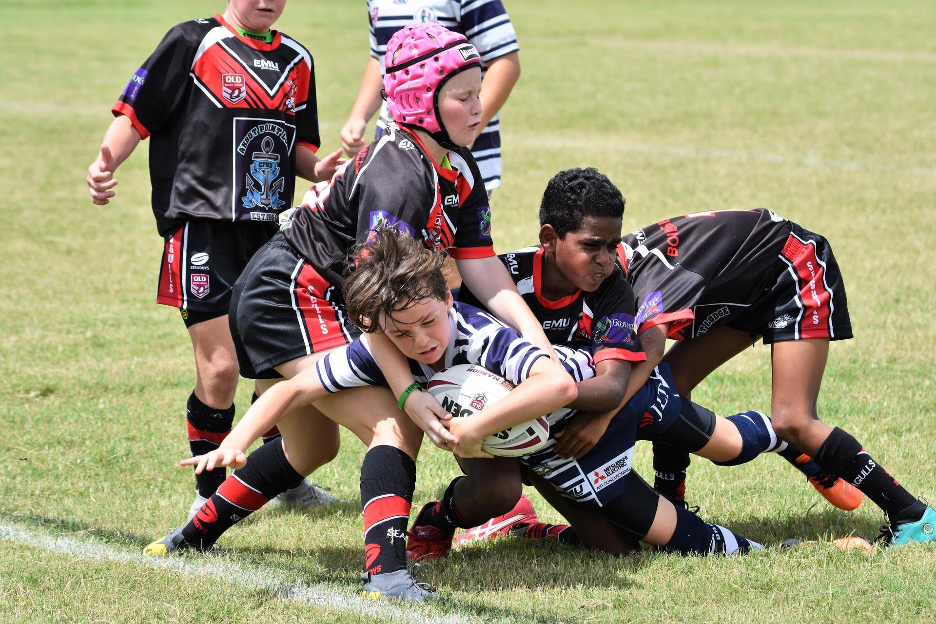 bambini della scuola primaria durante una partita di rugby