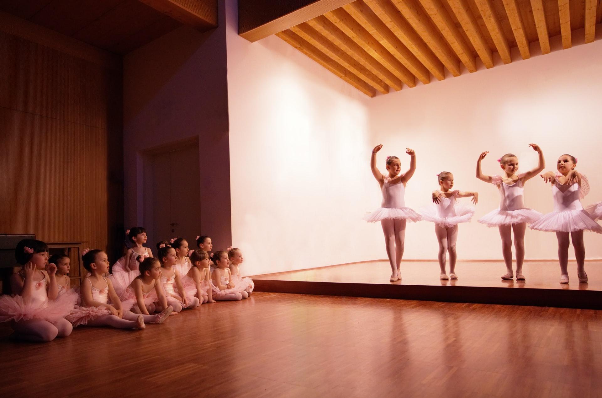Bambini della scuola primaria fanno il saggio di danza classica livello 1