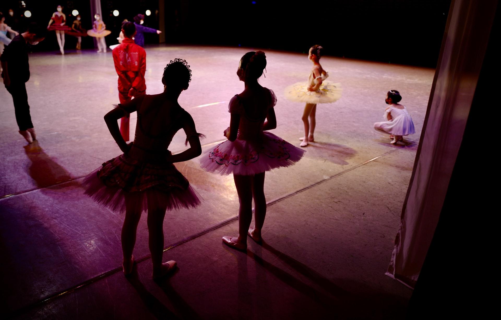 Bambini della scuola primaria fanno il saggio di danza classica livello 2