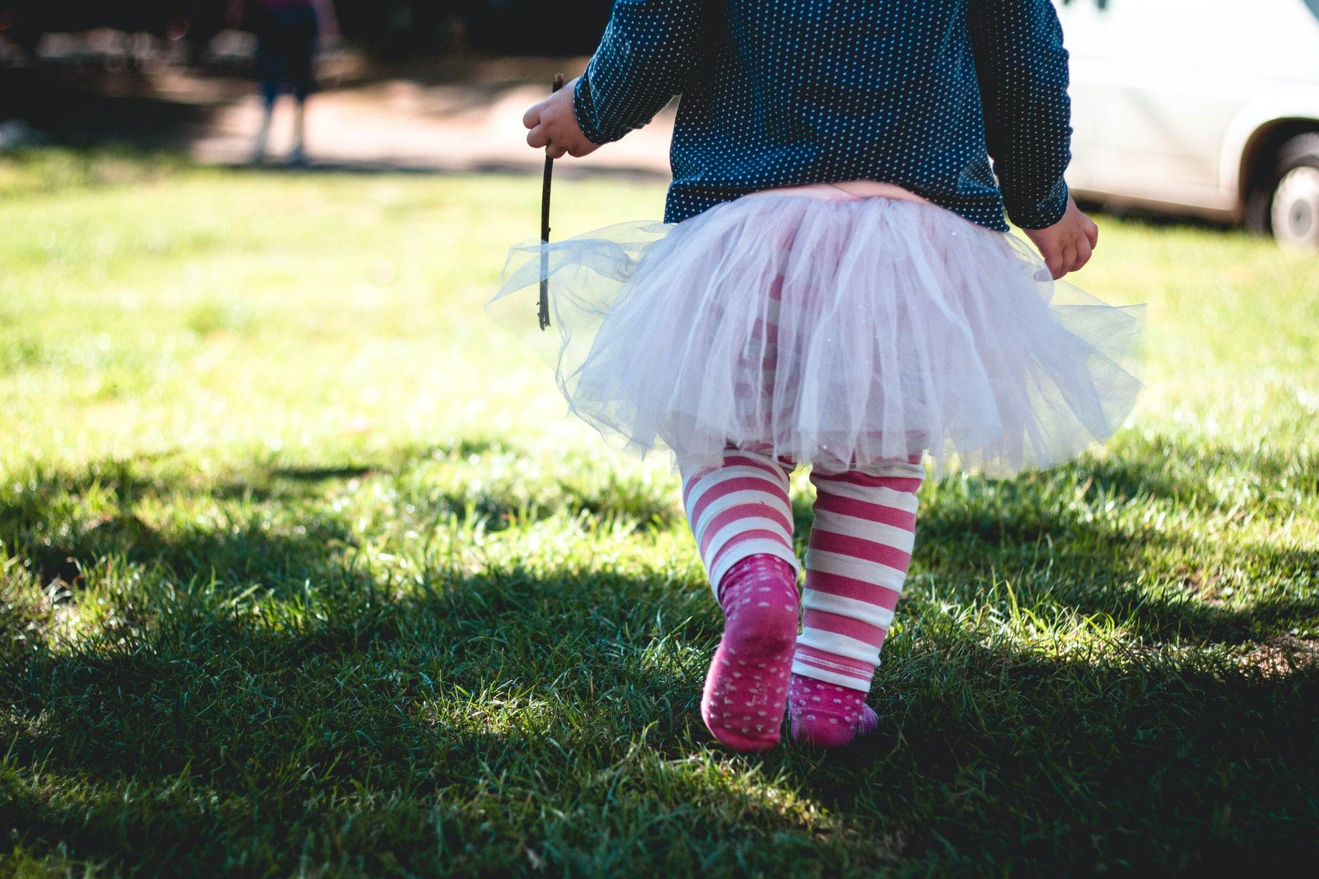 Bambina della scuola dell'infanzia segue lezioni di danza primi passi pre-primary