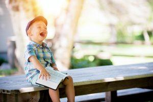 bambino della scuola dell'infanzia felice durante la lezione di funglish