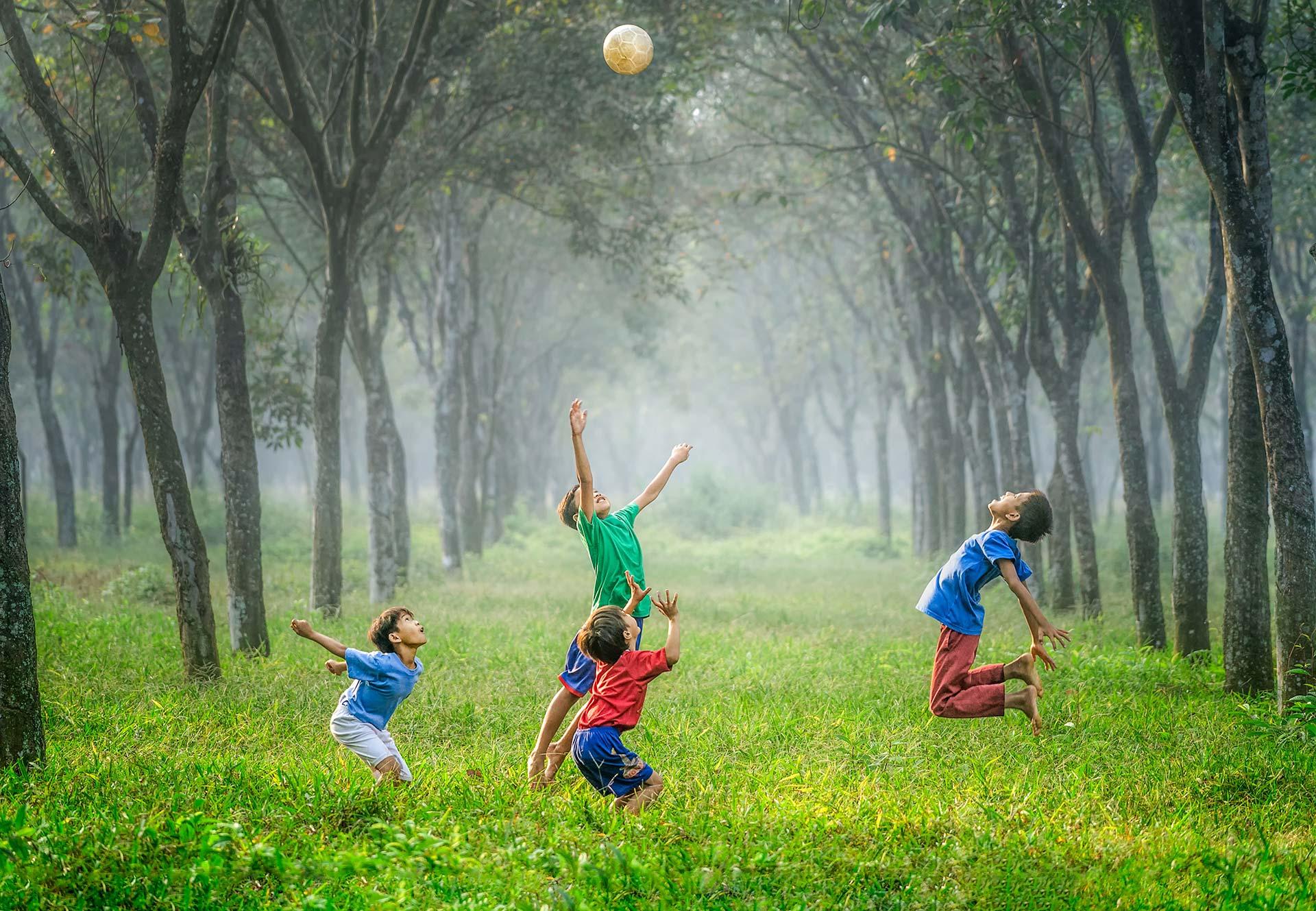 Bambini giocano a palla negli spazi aperti del VSE