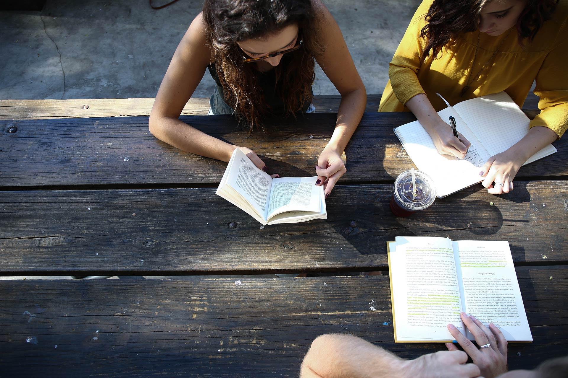 Ragazzi studiano insieme durante il doposcuola Learning del VSE